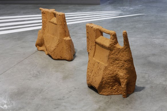 Sans titre - 2013 - deux éléments, terre de brique, moulage et modelage, 70 x 36 x 100 cm, 73 x 43 x 68 cm