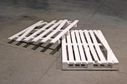 Sans titre - 2013 - deux éléments, palettes cassées, peinture blanche, pâte à modeler, 15 x 98 x 144 cm, 15 x 80 x 120 cm - oeuvre détruite
