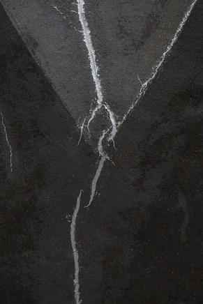 SF 6102 - Christine - 2016 - production : Communauté de communes de Saint-Flour Margeride dans le cadre de la biennale Chemin d'art - partenariat : ENSA Limoges - grés noir chamotté, enduit, peinture argent, tasseaux bois - 160 x 70 x 60 cm - crédit photographique : Sébastien Camboulive