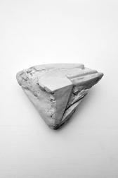 Antédiluvienne #3 - 2017 - grès blanc chamotté, émail, modelage - 13 x 15 x 8 cm