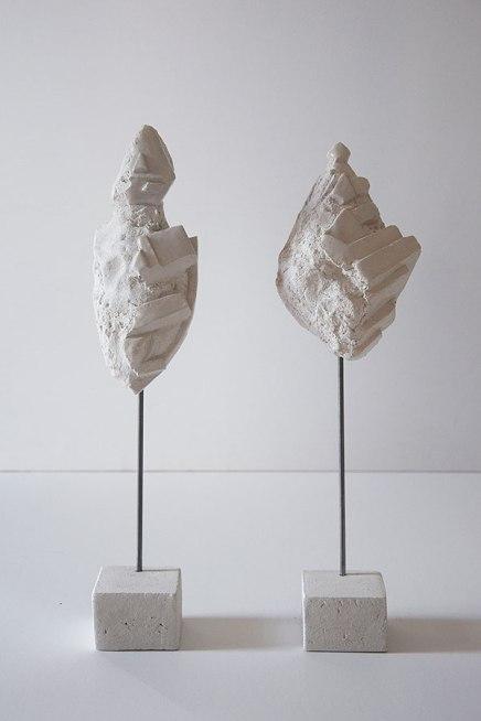 Antédiluviennes #1 et #12 - 2017 - grès blanc chamotté, émail, modelage, tige acier - dimensions variables