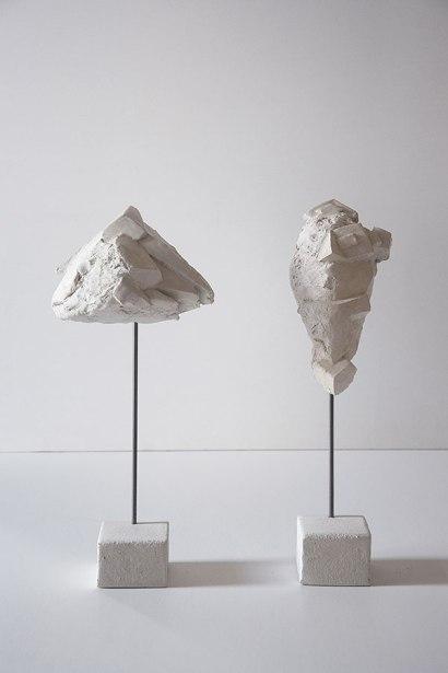Antédiluviennes #6 et #13 - 2017 - grès blanc chamotté, émail, modelage, tige acier - dimensions variables