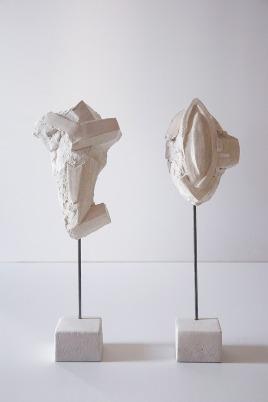 Antédiluviennes #7 et #9 - 2017 - grès blanc chamotté, émail, modelage, tige acier - dimensions variables
