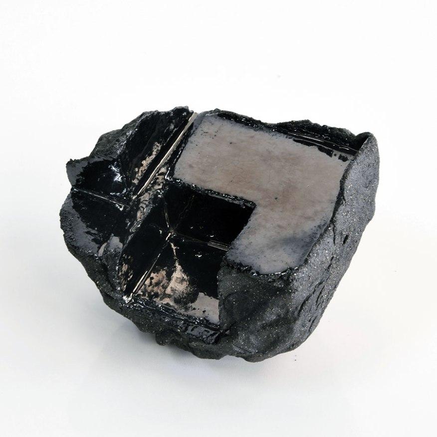 Architeorite – 2018 – grès noir chamotté, émail noir mordoré, modelage – 10 x 10 x 10 cm (collection privée)