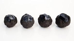 Architeorites - 2018 - grès noir chamotté, émail irisé bleu, modelage - 9 x 9 x 9 cm
