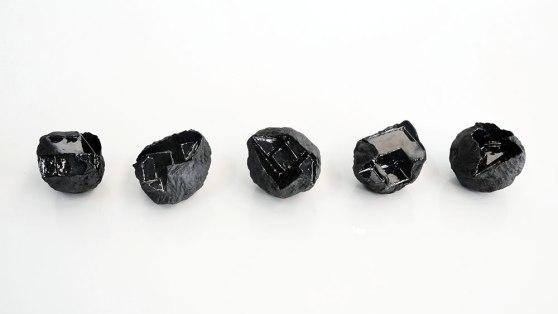 Architeorites – 2018 – grès noir chamotté, émail noir mordoré, modelage – dimensions variables (collections privées)
