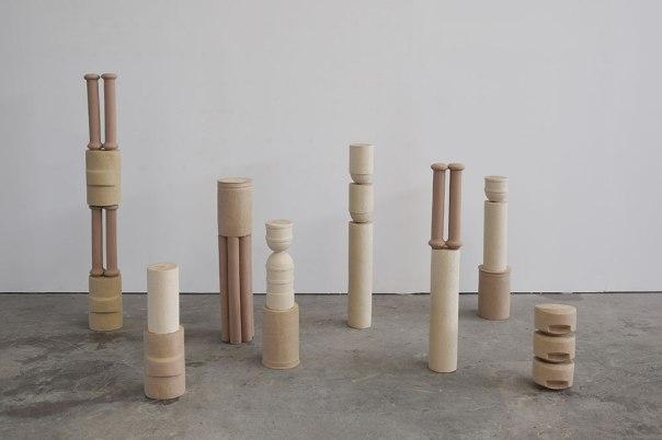 Signalétiques néoclassiques - 2019 - installation de 8 éléments - moulage et modelage - grès chamotté coloré, gouache, colle - h. 135 x 18 x 16 cm, h. 97 x 13 x 13 cm, h. 94 x 16 x 13 cm, h. 82 x 18 x 18 cm, h. 78 x 18 x 18 cm, h. 66 x 18 x 18 cm, h. 55 x 18 x 16 cm, h. 35 x 18 x 18 cm
