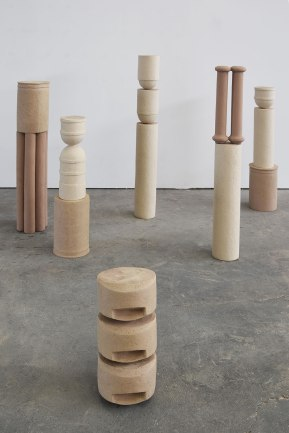 Signalétiques néoclassiques (détail) - 2019 - installation de 8 éléments - moulage et modelage - grès chamotté coloré, gouache, colle - h. 135 x 18 x 16 cm, h. 97 x 13 x 13 cm, h. 94 x 16 x 13 cm, h. 82 x 18 x 18 cm, h. 78 x 18 x 18 cm, h. 66 x 18 x 18 cm, h. 55 x 18 x 16 cm, h. 35 x 18 x 18 cm