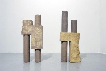 Architectures sédimentaires #3 - 2019 - grès beige et gris chamottés, modelage - h. 108 x 42 x 18 cm, h. 100 x 44 x 19 cm