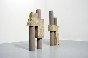 """""""Architectures sédimentaires #3"""" - 2019 - grès beige et gris chamottés, modelage - h. 108 x 42 x 18 cm, h. 100 x 44 x 19 cm"""