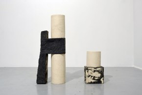 """""""Architectures sédimentaires #2"""" - 2019 - grès noir et blanc chamottés, modelage - h. 83 x 33 x 18 cm, h. 39 x 23 x 17 cm"""