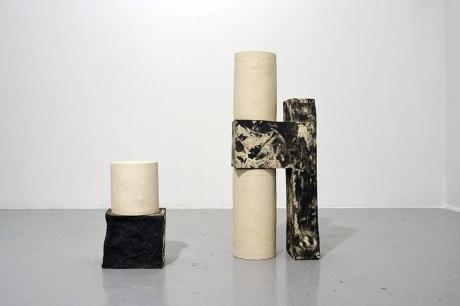 Architectures sédimentaires #2 - 2019 - grès noir et blanc chamottés, modelage - h. 83 x 33 x 18 cm, h. 39 x 23 x 17 cm