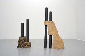 """""""Architectures sédimentaires #1"""" - 2019 - grès noir et roux chamottés, modelage - h. 96 x 16 x 47 cm, h. 67 x 14 x 30 cm"""