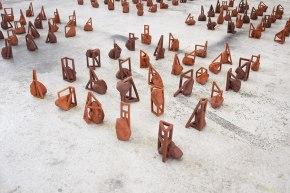 Les feus lotis (détail) - installation de 240 éléments - modelage - grès rouge - h. 15 x 10 x 10 cm chacun