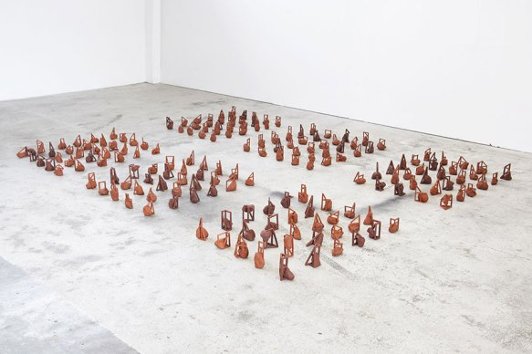 Les feus lotis - installation de 240 éléments - modelage - grès rouge - h. 15 x 10 x 10 cm chacun