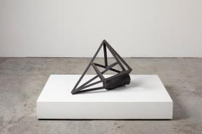 Grande archisteroid noire #1 – 2019 – grès noir chamotté, modelage – h. 68 x 45 x 56 cm – crédit photographique : Philippe Piron