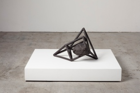 Grande archisteroid noire #2 – 2019 – grès noir chamotté, modelage – h. 65 x 45 x 54 cm – crédit photographique : Philippe Piron