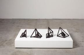 Archisteroids noires – 2019 – grès noir chamotté, modelage – dimensions variables – crédit photographique : Philippe Piron