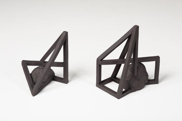Archisteroids noires #9 et #7 – 2019 – grès noir chamotté, modelage – dimensions variables – crédit photographique : Philippe Piron