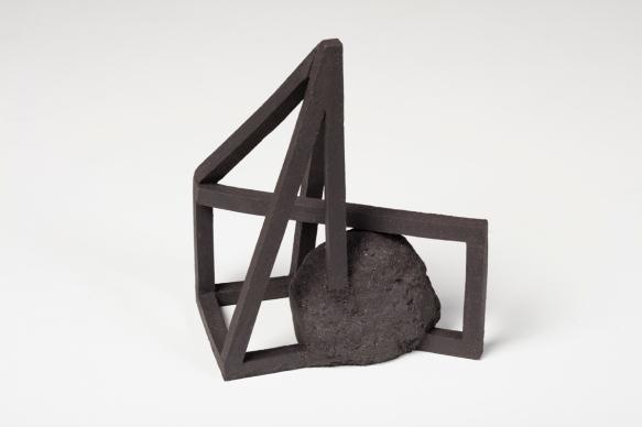 Archisteroid noire #7 – 2019 – grès noir chamotté, modelage – h. 23 x 15 x 20 cm – crédit photographique : Philippe Piron