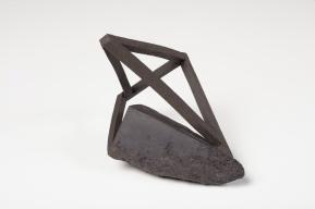 Archisteroid noire #4 – 2018 – grès noir chamotté, modelage – h. 20 x 22 x 14 cm – crédit photographique : Philippe Piron