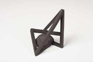 Archisteroid noire #9 – 2019 – grès noir chamotté, modelage – h. 17 x 15 x 12 cm – crédit photographique : Philippe Piron