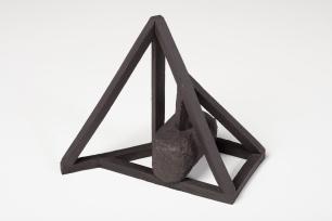 Archisteroid noire #8 – 2019 – grès noir chamotté, modelage – h. 23 x 15 x 20 cm – crédit photographique : Philippe Piron