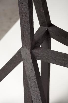 Grande archisteroid noire #2 (détail) – 2019 – grès noir chamotté, modelage – h. 65 x 45 x 54 cm – crédit photographique : Philippe Piron