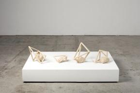 Archisteroids blanches – 2018 – grès blanc chamotté, modelage – dimensions variables – crédit photographique : Philippe Piron