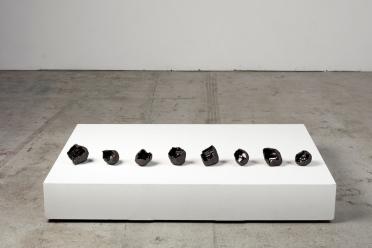 Architeorites – 2019 – grès noir chamotté, émail noir mordoré, modelage – dimensions variables – crédit photographique : Philippe Piron