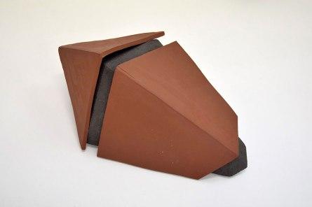 CHTX 7 2/2 - 2017 - grès rouge et noir chamottés 1 élément, modelage - H.30 x 65 x 40 cm