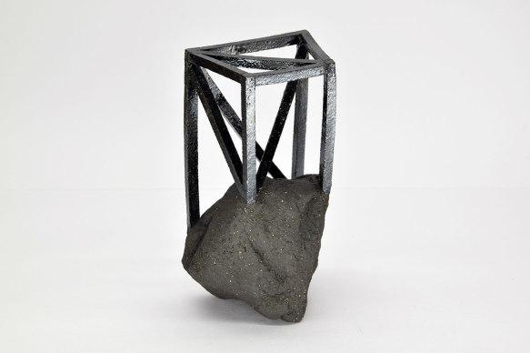 Echafaudée #2 - 2019 - modelage, grès noir chamotté, émail noir mordoré - h .20 x 10 x 10 cm