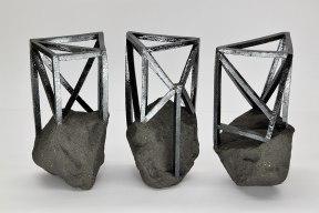 Echafaudées – 2019 – modelage, grès noir chamotté, émail noir mordoré – 3 éléments – h .20 x 10 x 10 cm chacun
