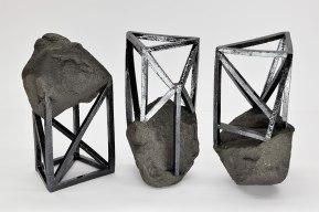 Echafaudées - 2019 - modelage, grès noir chamotté, émail noir mordoré - 3 éléments - h .20 x 10 x 10 cm chacun