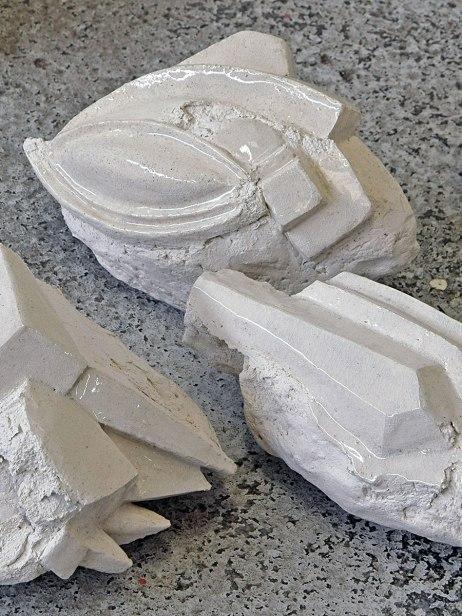 Antédiluviennes - 2017 - grès blanc chamotté, émail, modelage - 14 éléments - dimension variable