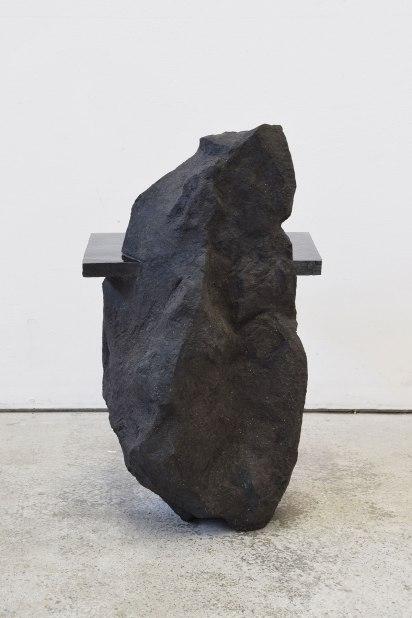Capture #1 - 2020 - modelage, grès noir chamotté, émail noir mordoré - h. 54 x 31 x 31 cm