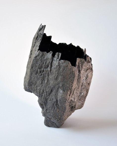 Abîme #1 - 2020 - modelage, grès noir chamotté, émail noir mordoré brillant – h. 25 x 15 x 15 cm