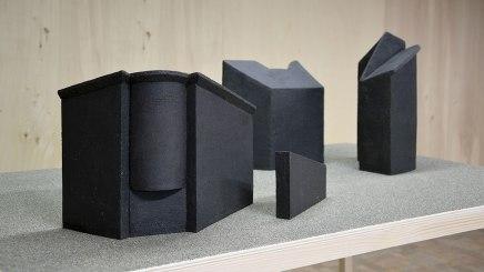 REM(A)INDERS – vue de l'exposition - installation de 11 sculptures en grès noir chamotté, modelage à la plaque, socles en pin et peuplier, sable gris - septembre / octobre 2020 – Les Ateliers PCP, Saint-Nazaire