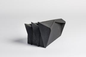 REM(A)INDERS (Saint-Nazaire) #7 - 2020 - grès noir chamotté, modelage à la plaque - h. 24 x L. 43 x l. 25 cm - crédit photographique : Philippe Piron