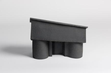 REM(A)INDERS (Saint-Nazaire) #10 - 2020 - grès noir chamotté, modelage à la plaque - h. 32 x L. 42 x l. 18 cm - crédit photographique : Philippe Piron
