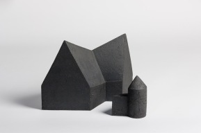 REM(A)INDERS (Saint-Nazaire) #11 - 2020 - grès noir chamotté, modelage à la plaque - h. 30 x L. 43 x l. 20 cm et h. 17,5 x L. 14,5 x l. 12 cm - crédit photographique : Philippe Piron