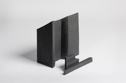 REM(A)INDERS (Saint-Nazaire) #8 - 2020 - grès noir chamotté, modelage à la plaque - h. 27 x L. 24 x l. 14 cm et h. 7 x L. 24 x l. 5 cm - crédit photographique : Philippe Piron