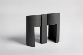 REM(A)INDERS (Saint-Nazaire) #1 - 2020 - grès noir chamotté, modelage à la plaque - h. 27,5 x L. 30 x l. 13 cm - crédit photographique : Philippe Piron