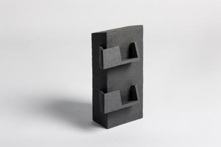REM(A)INDERS (Saint-Nazaire) #2 - 2020 - grès noir chamotté, modelage à la plaque - h. 31 x L. 18 x l. 12 cm - crédit photographique : Philippe Piron