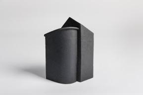 REM(A)INDERS (Saint-Nazaire) #6 - 2020 - grès noir chamotté, modelage à la plaque - h. 34,5 x L. 27 x l. 15 cm - crédit photographique : Philippe Piron