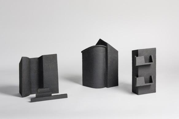 REM(A)INDERS (Saint-Nazaire) #8, #6 et #2 - 2020 - grès noir chamotté, modelage à la plaque - crédit photographique : Philippe Piron