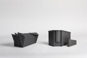 REM(A)INDERS (Saint-Nazaire) #7 et #5 - 2020 - grès noir chamotté, modelage à la plaque - crédit photographique : Philippe Piron