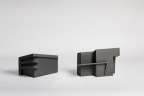 REM(A)INDERS (Saint-Nazaire) #3 et #9 - 2020 - grès noir chamotté, modelage à la plaque - crédit photographique : Philippe Piron