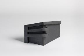 REM(A)INDERS (Saint-Nazaire) #3 - 2020 - grès noir chamotté, modelage à la plaque - h. 22 x L. 36 x l. 19 cm - crédit photographique : Philippe Piron