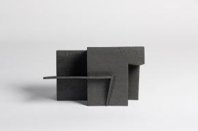 REM(A)INDERS (Saint-Nazaire) #9 - 2020 - grès noir chamotté, modelage à la plaque - h. 25 x L. 40 x l. 16 cm - crédit photographique : Philippe Piron